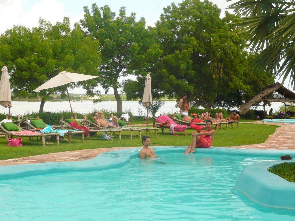 Détente dans la piscine du BadaLodge à Bamako